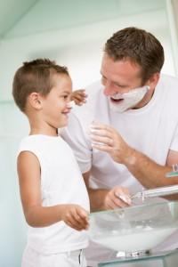 Homme apprenant à son fils à éviter les poils incarnés