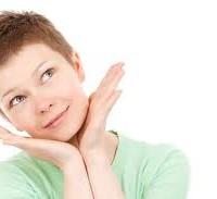 femme rêvant d'atténuer ces cicatrices d'acn